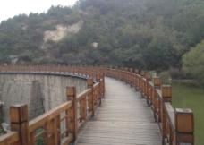 蜿蜒木桥图片
