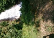 高山流水绿草地图片