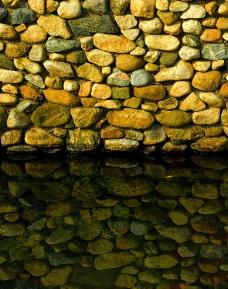 彩石倒影图片