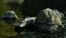 溪水中的岩石图片