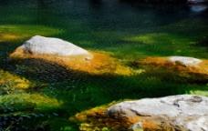 碧水巨石图片