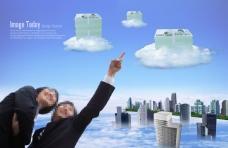 开心的商务男女和云海上的楼房