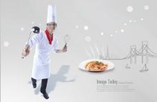 手拿大勺的男厨师和一盘美食