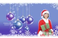 蓝色背景前抱着礼物的圣诞美女