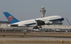 南航A380穿越塔台图片