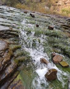山涧溪水图片