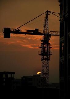 日落吊机剪影图片