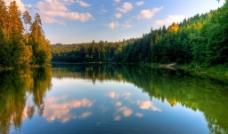 湖泊丛林图片