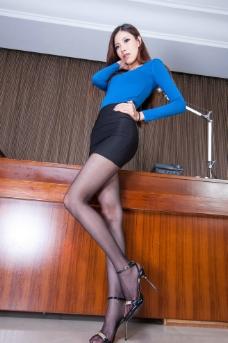 短裙黑丝美女图片