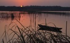 湖边小船图片