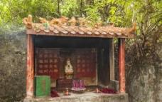 瀑布旁的佛龛图片