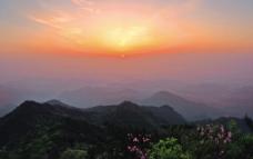 山顶日出图片