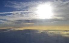 云彩上面的太阳图片